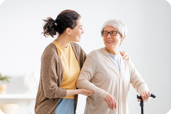 helpona-leistungen-seniorin-pflegekraft